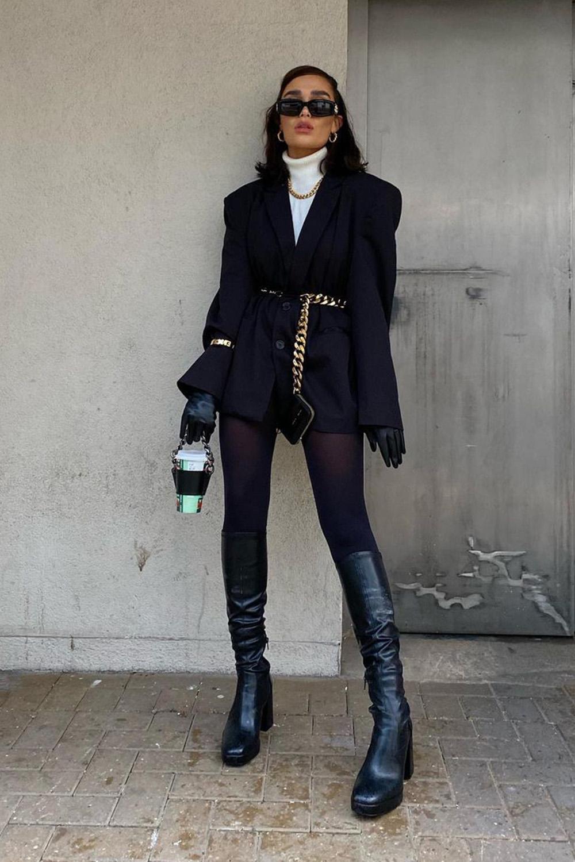 Look com meia-calça, blusa de gola alta e blazer preto