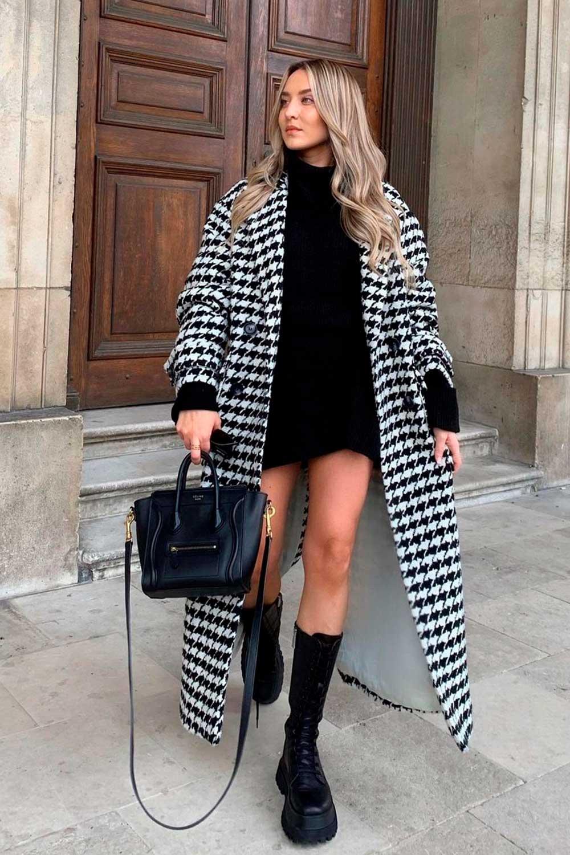 vestido curto preto, sobretudo xadrez e coturno tratorado
