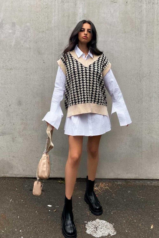sobreposição com camisa branca, colete xadrez e coturno