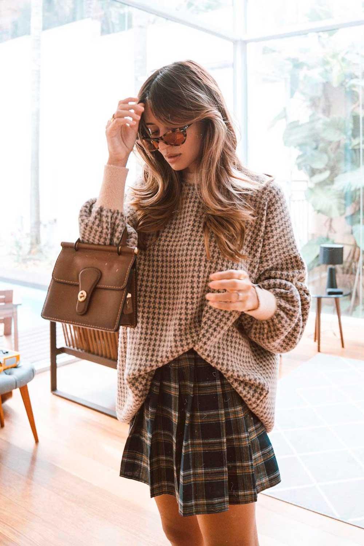 suéter pied de poule, minissaia colegial e bolsa marrom