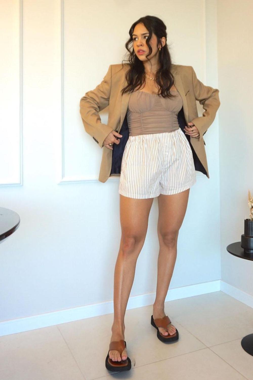 blazer bege, retata marrom, short branco listrado e sandália casual