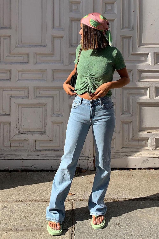 bandana, blusa verde, calça reta e sandália branca