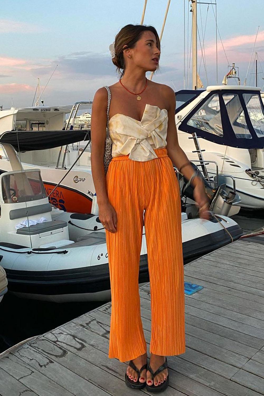 chinela plataforma, body sem alça, calça laranja