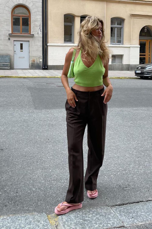 chinela plataforma, cropped verde, calça de alfaiataria e bolsa verde