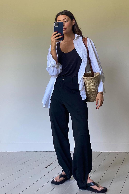 chinela plataforma, camisa branca, regata e calça preta e bolsa de palha