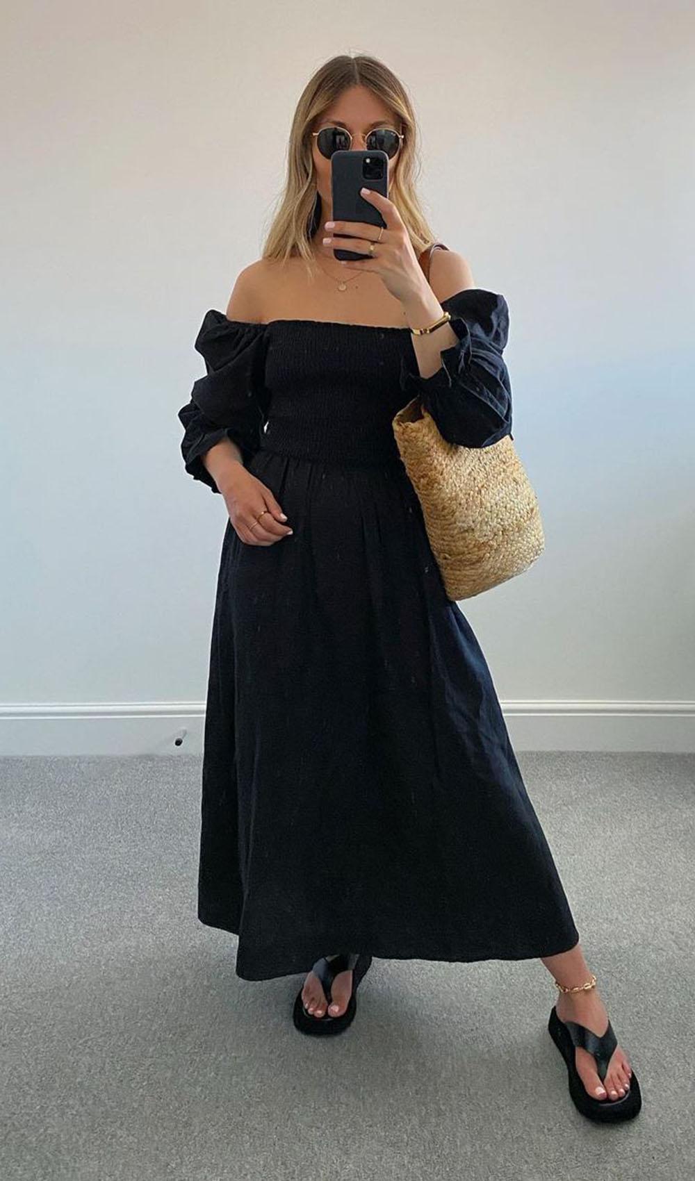 chinela plataforma, vestidlo longo preto com decote ombro a ombro e bolsa de palha
