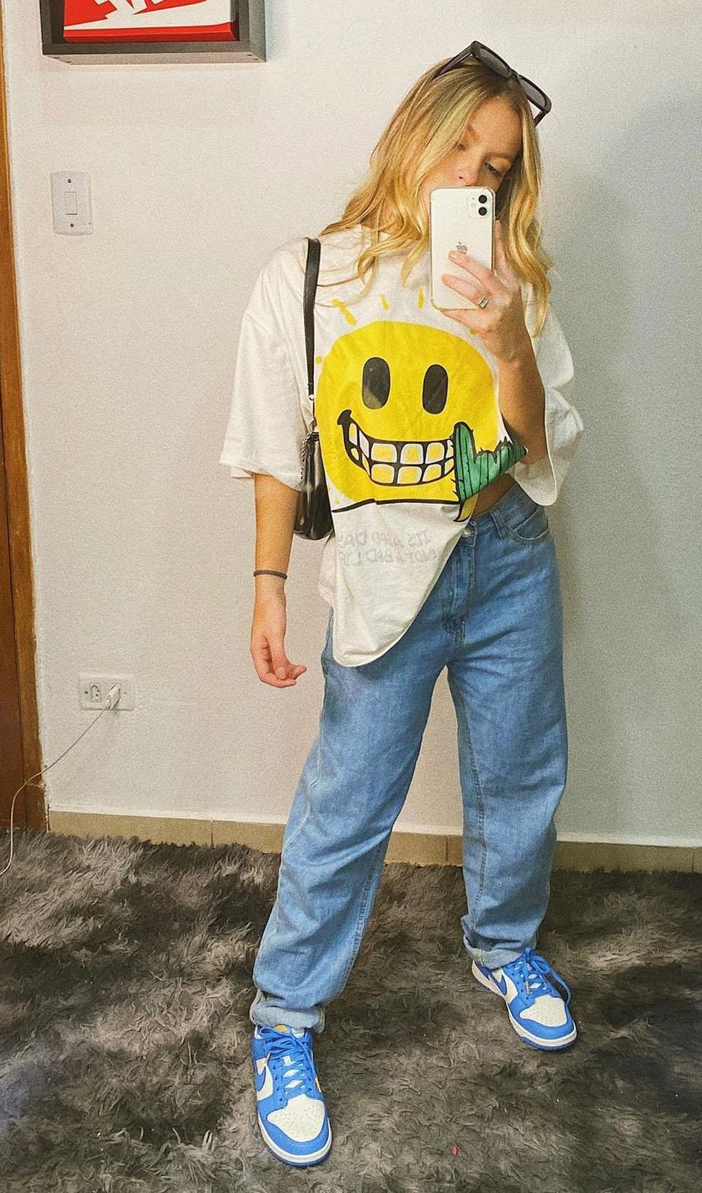 t-shirt oversized, mom jeans, nike jordan azul e bolsa baguete
