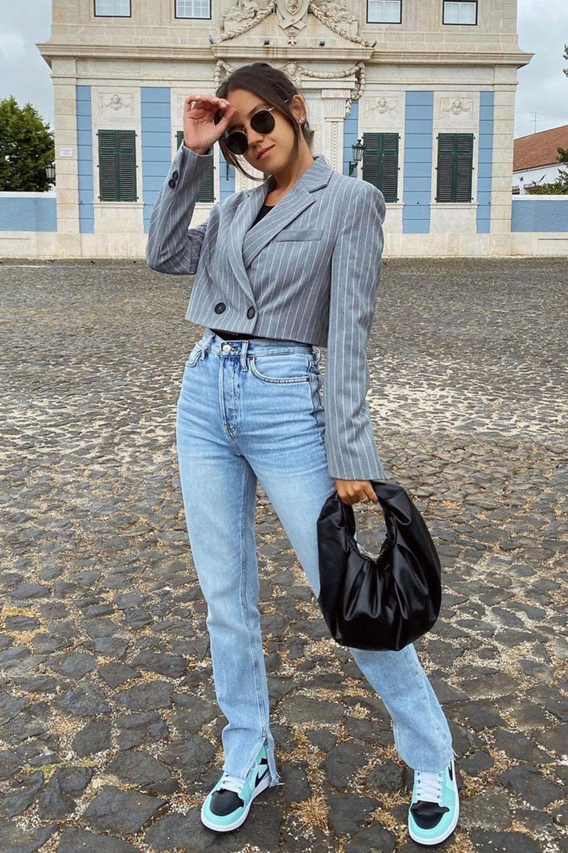 blazer cropped, calça reta, bolsa saco preta e tênis