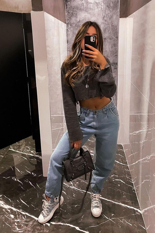 moletom cropped, calça slouchy jeans e tênis all star