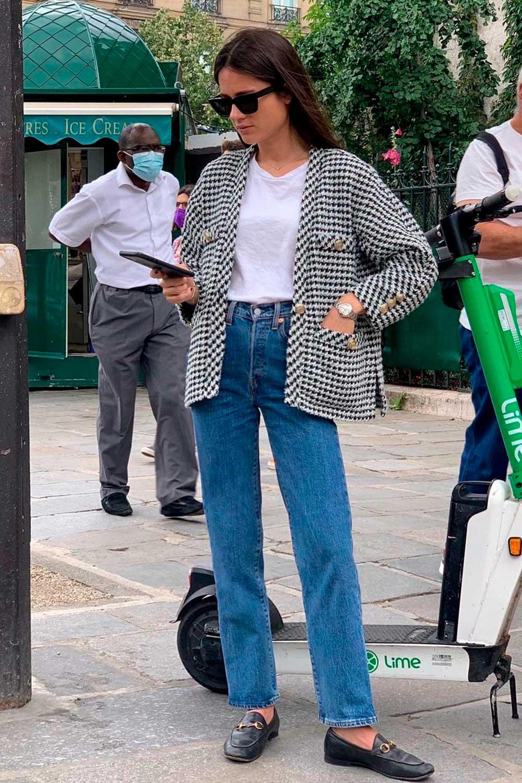 casaco de tweed, t-shirt branca, calça jeans reta e loafer