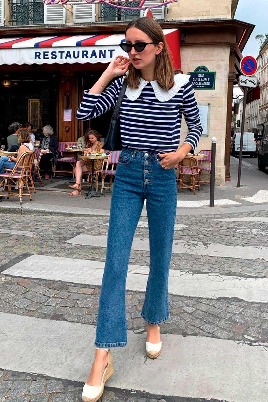 blusa de manga listrada, calça jeans flare, espadrilha e bolsa baguete