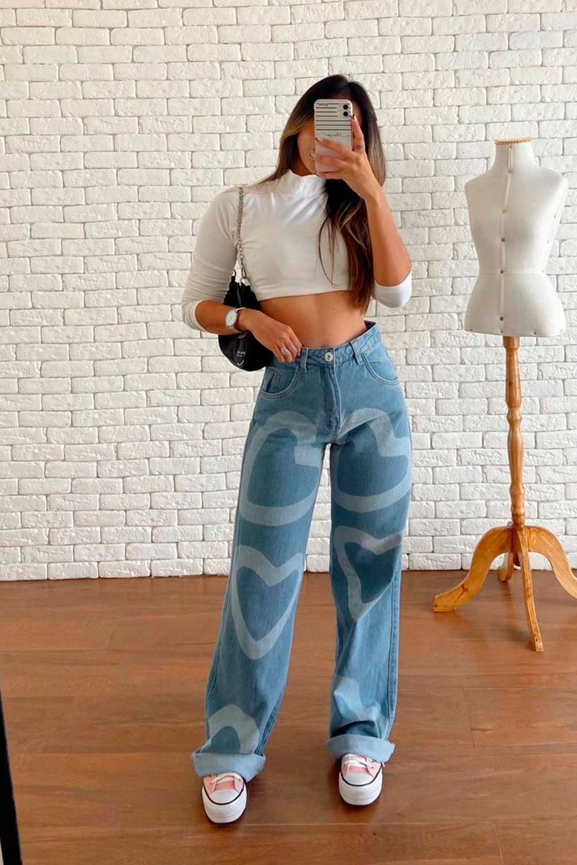 cropped branco de manga, calça jeans wide leg e converse