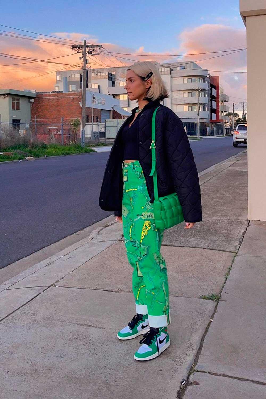 puffer jacket preta, cropped, calça verde, bolsa verde e tênis nike jordan
