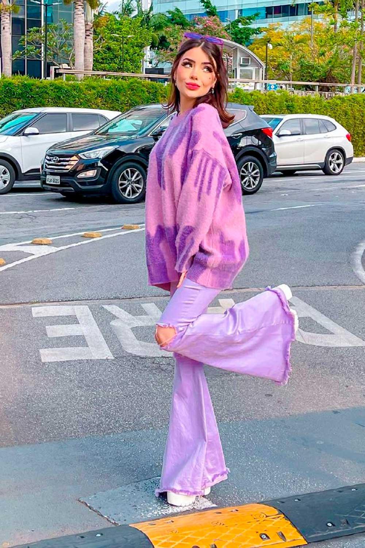 Y2k:, look lilás, suéter oversized e calça flare