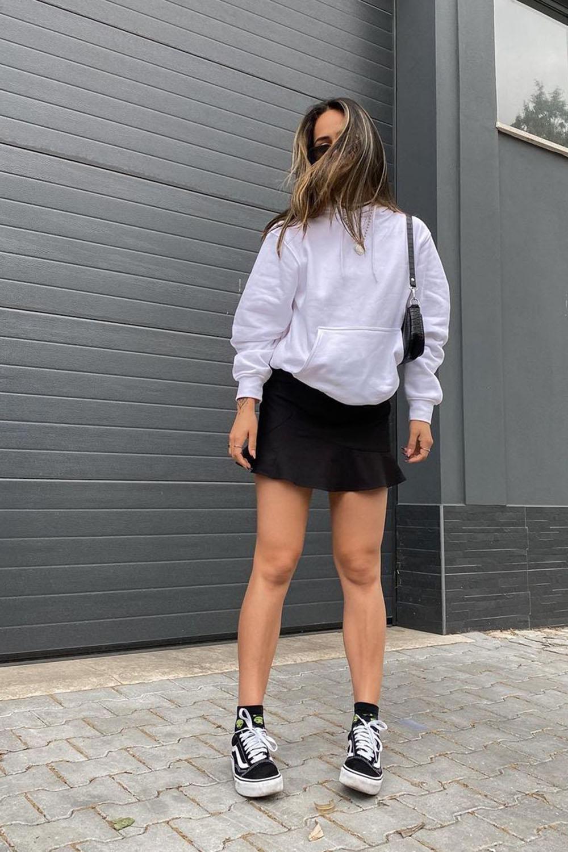 blusão de frio, minissaia, bolsa baguete e tênis vans preto