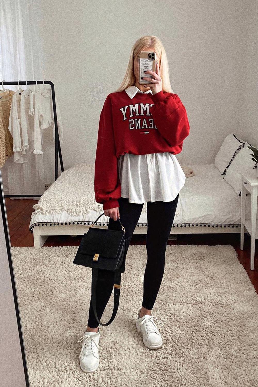 blusa de moletom vermelha, sobreposição com camisa branca, calça legging preta e tênis branco