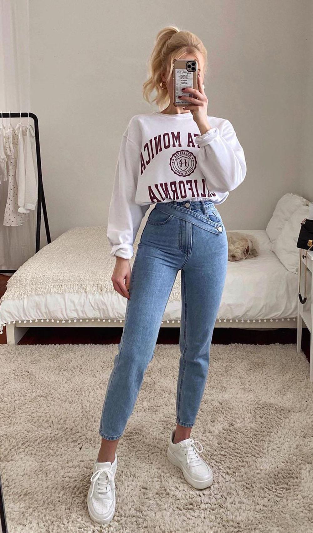 blusa de moletom branca, mom jeans e tênis branco