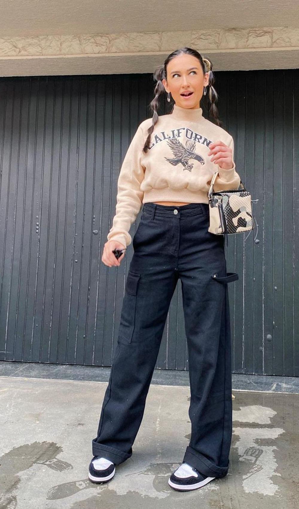 blusa de moletom bege, calça cargo preto e tênis nike air jordan