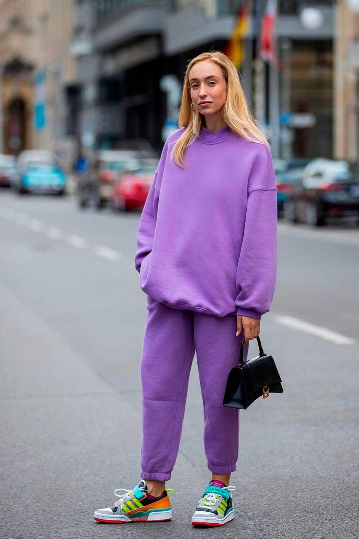 blusa de moletom e calça de moletom lilás