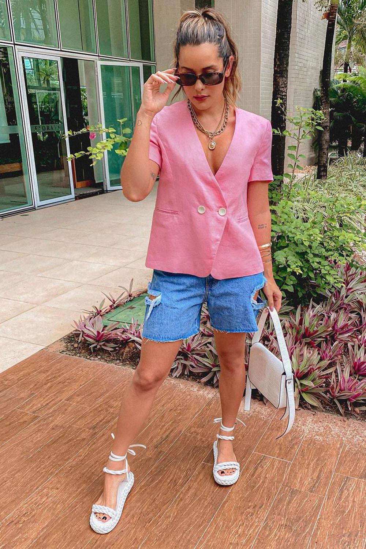 blazer rosa, bermudinha destroyed e sandália gladiadora