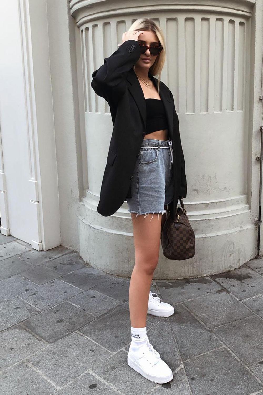 blazer preto, top faixa, bermuda jeans e tênis branco