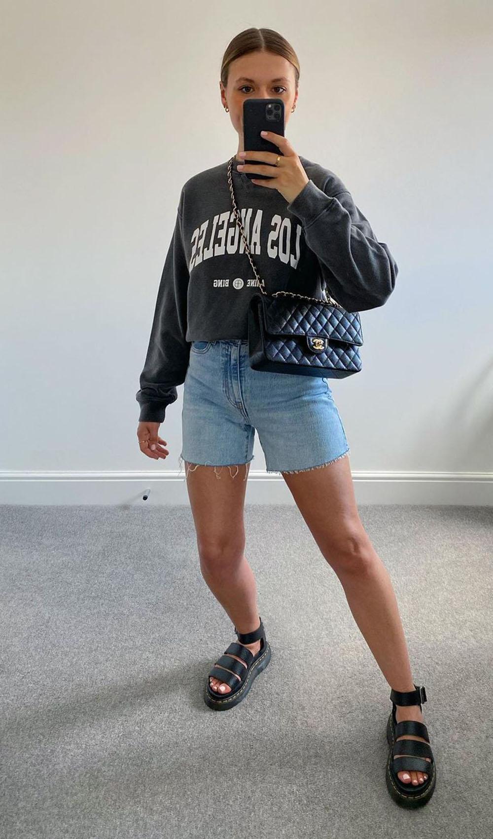 Blusa de moletom, bermuda jeans e papete