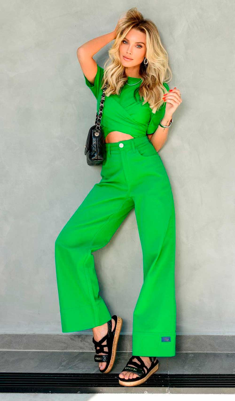 look monocromático verde, cropped, wide leg e papete