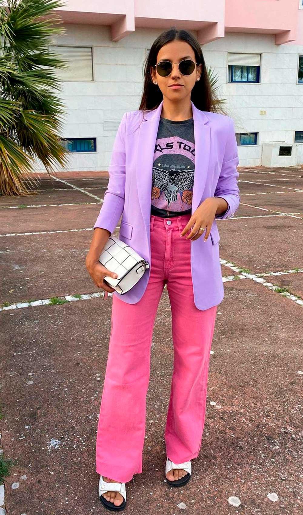 blazer lilás, t-shirt estampada e calça rosa
