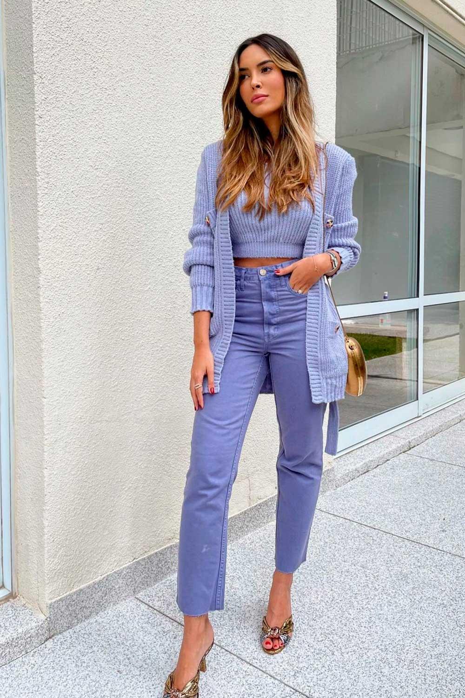 looks coloridos, twin set lilás, calça lilás e bolsa cobre