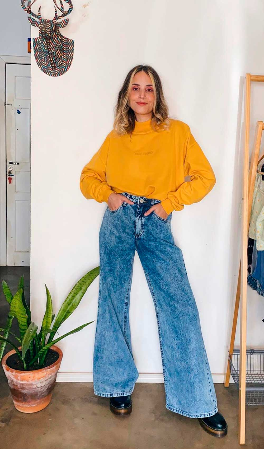 looks coloridos, suéter amarelo, calça wide leg jeans e coturno tratorado