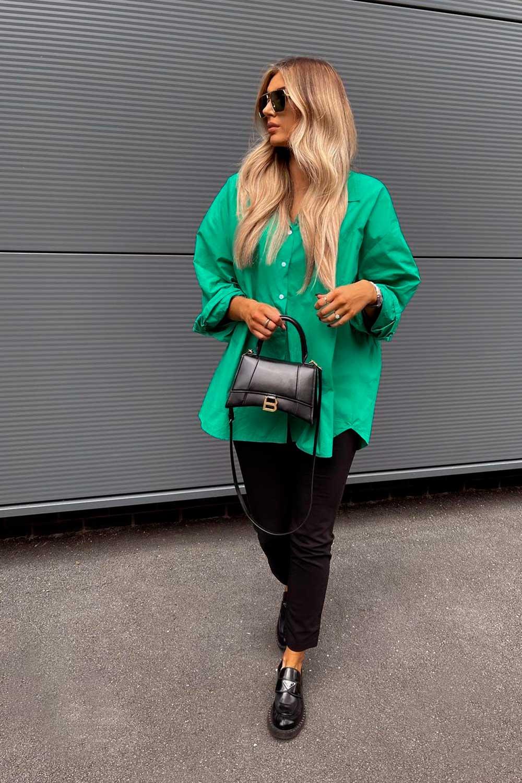 looks coloridos, camisa verd, calça preta e loafer