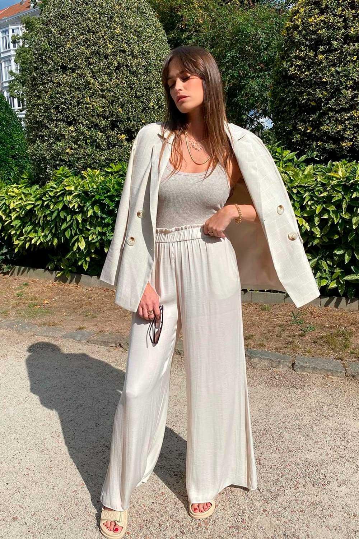 look minimalista, blazer off whtie, regata e calça soltinha