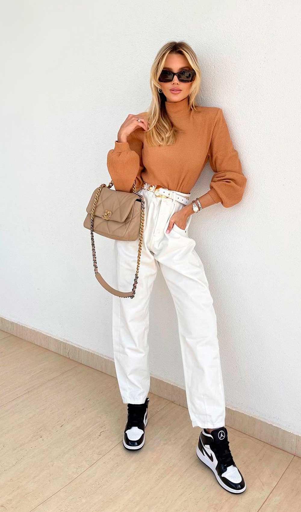 look minimalista, blsua de gola alra marrom, calça clochard branca e tênis nike jordan