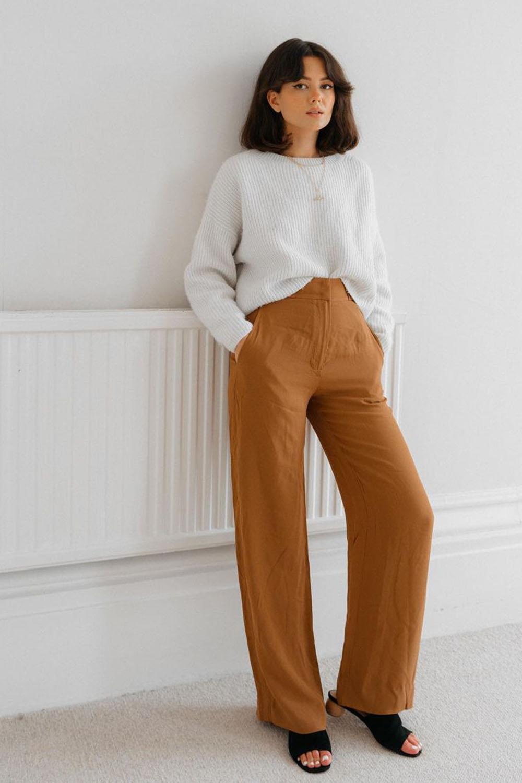 look minimalista, suéter branco calça de alfaiataria marrom e rasteirinha