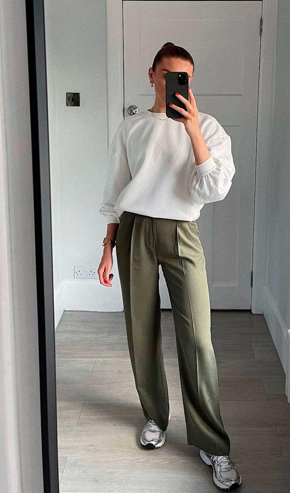 conforto chique, suéter branco, calça de alfaiataria verde militar e tênis esportivo