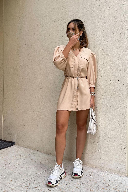 conforto chique, vestido chemise bege e chunke sneakers