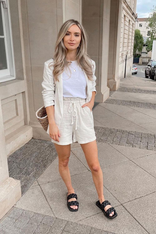 look minimalista, conjuntinho de linho com short e blazer, t-shirt branca, birken preta e bolsa de palha