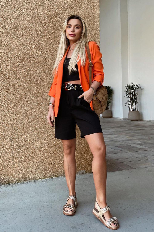 conforto chique, blazer laranja, cropped preto, bermuda preta de alfaiataria e papaete bege