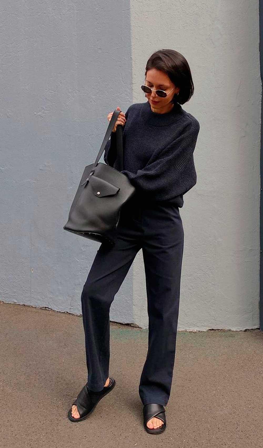 conforto chique, suéter preto, calça de alfaiataria preta e rasteirinha slide