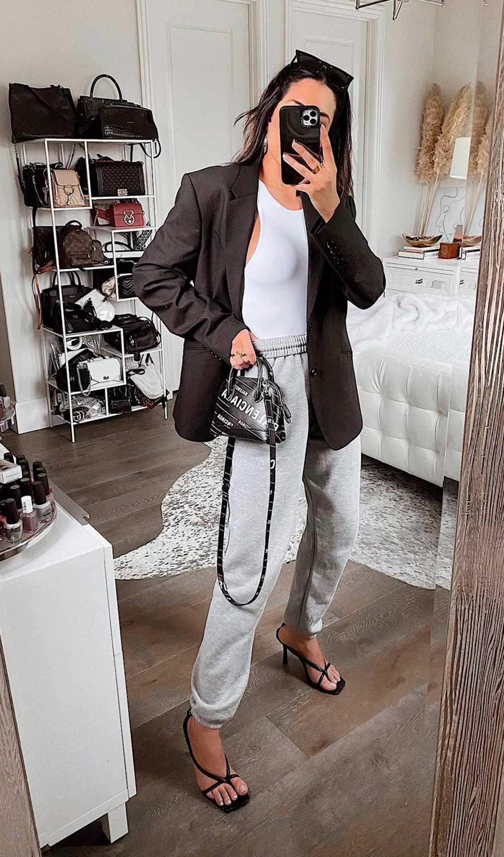 conforto chique, blazer preto, regata branca, calça jogger d emoletom e sandália de bico quadrado