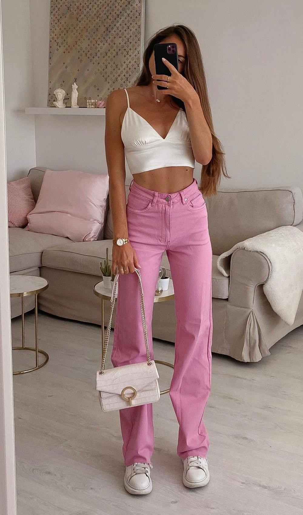calça rosa, top branco, blolsa e tênis branco