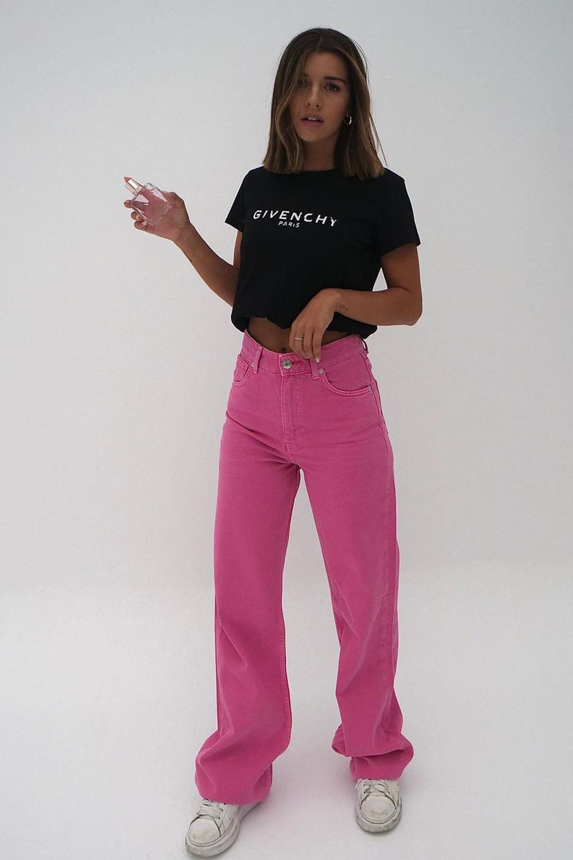 calça rosa, t-shirt preta e tênis branco