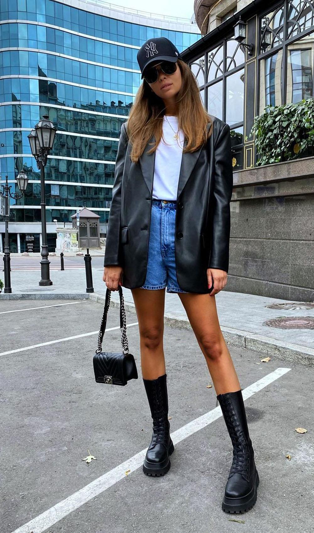 jaqueta de couro, t-shirt branca, bermuda jeans e coturno tratorado