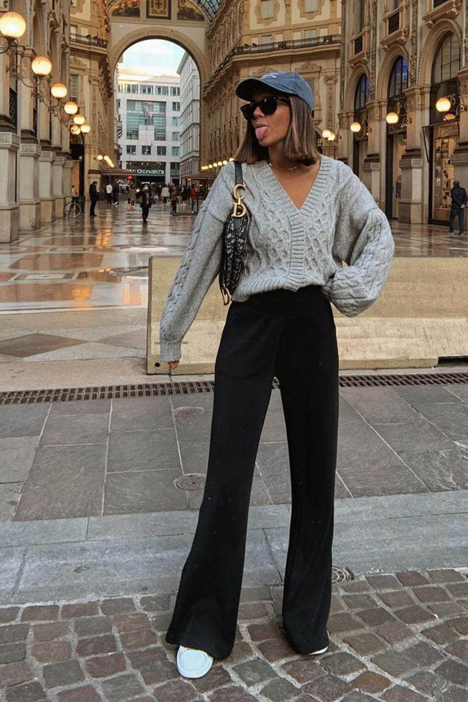 suéter cinza, calça falre preta e tênis branco