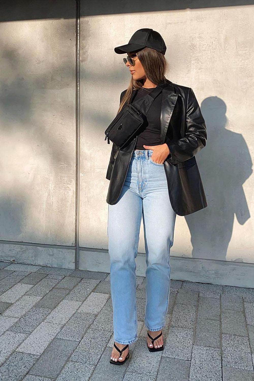 jaqueta de couro, blusa preta, pocheta atravessada, calça reta jeans e sandália de bico quadrado