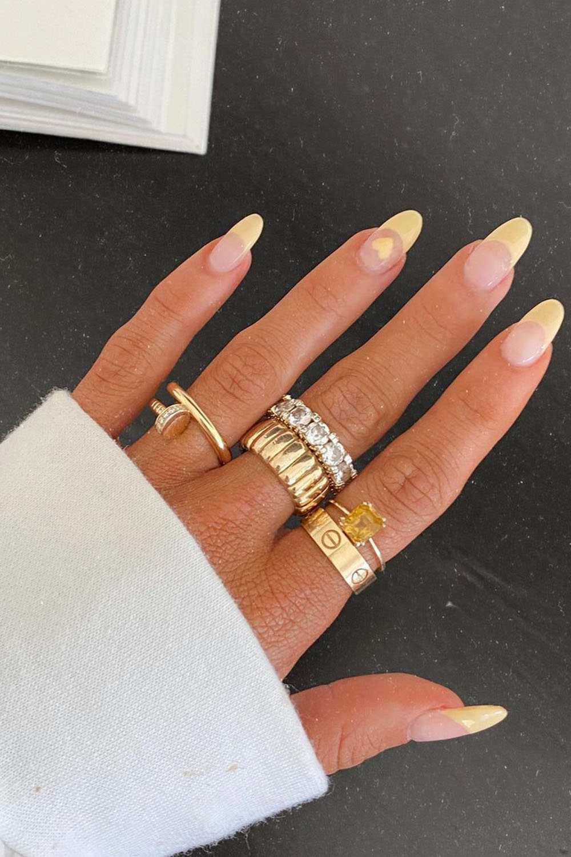 Francesinha colorida amarela com anéis