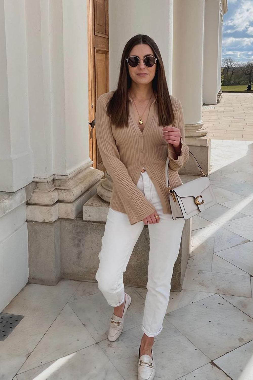 loafer, cardigan marrom, calça branca e sapato bege, look minimalista