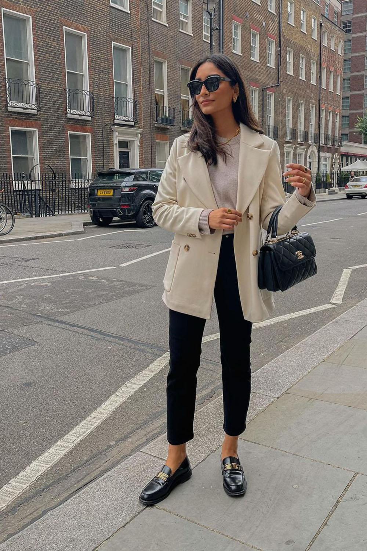 loafer, blazer befe, calça preta e suéter cinza