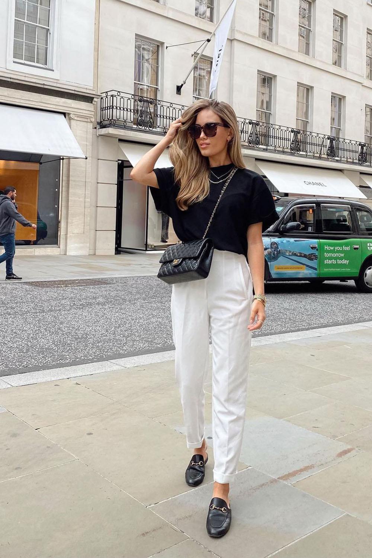 , t-shirt preta e calça branca