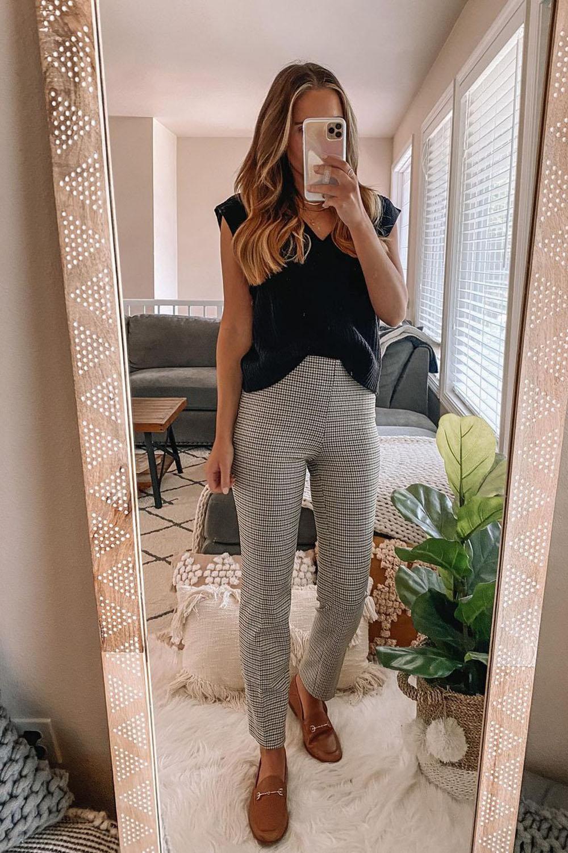 loaferm blusa branca e calça cinza xadrez